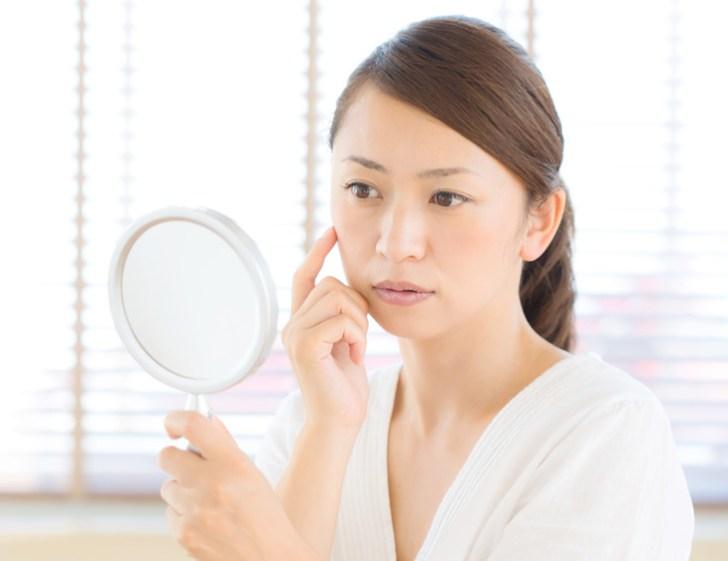 眼輪筋トレーニングを検討している女性の画像