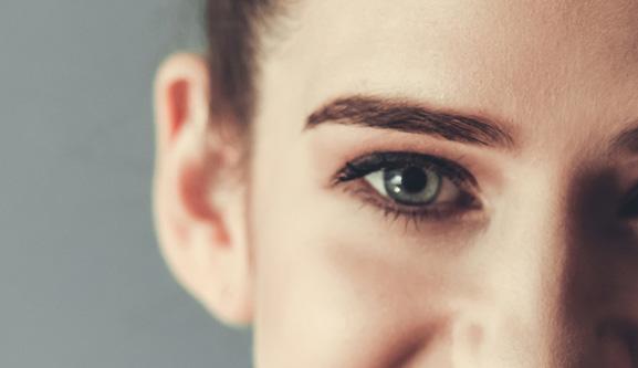 目の下の窪みの画像