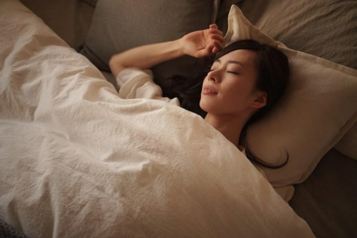 くまをなくすために睡眠に気遣う女性の画像