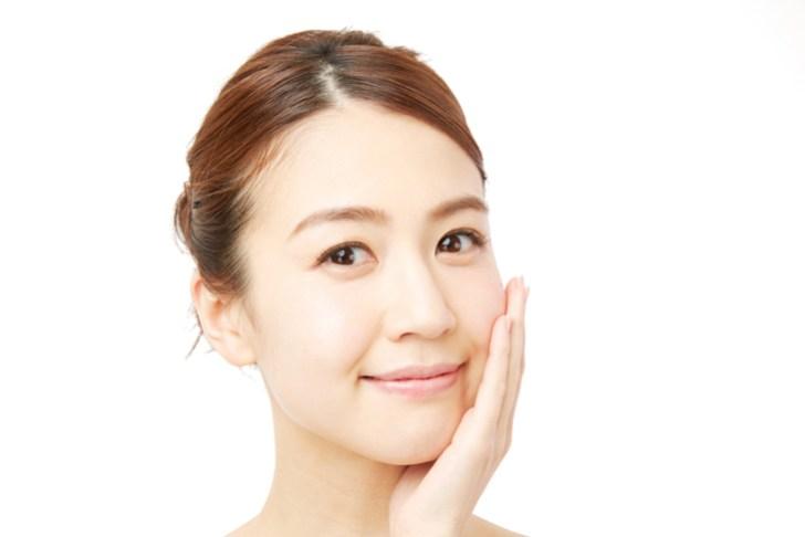 乾燥肌を化粧品で改善した女性のイメージ画像
