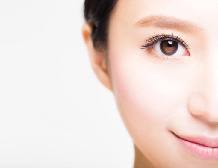 眼輪筋トレーニングで目がパッチリした女性の画像