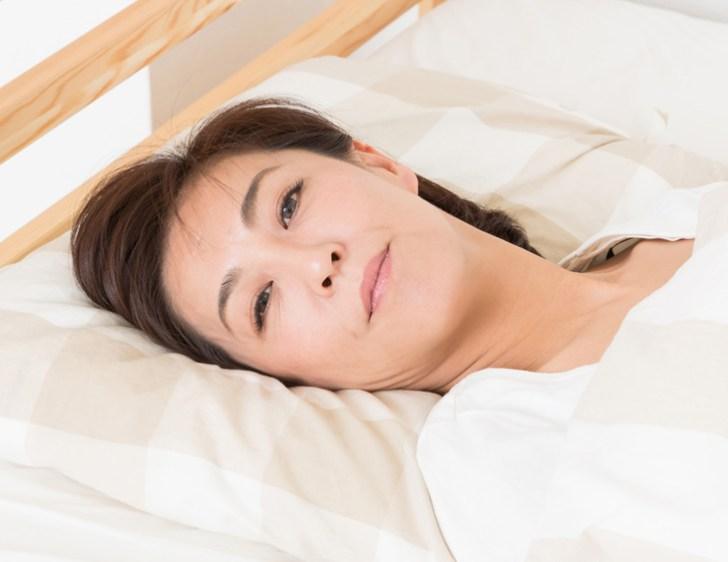 横になっている女性の画像