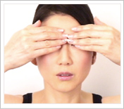 眉間のしわを消すトレーニングのやり方の画像