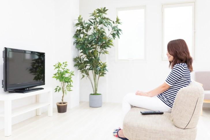 テレビを観ている女性の画像