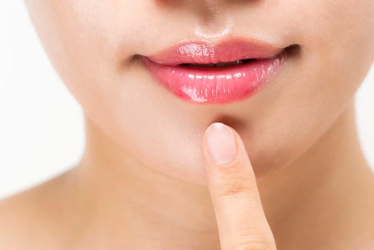 唇にしわがない女性の画像