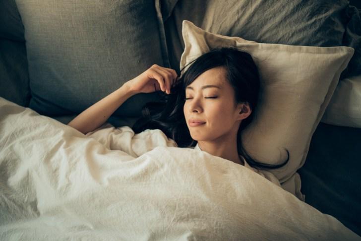 顔の乾燥痛み対策にしっかり寝る女性の画像
