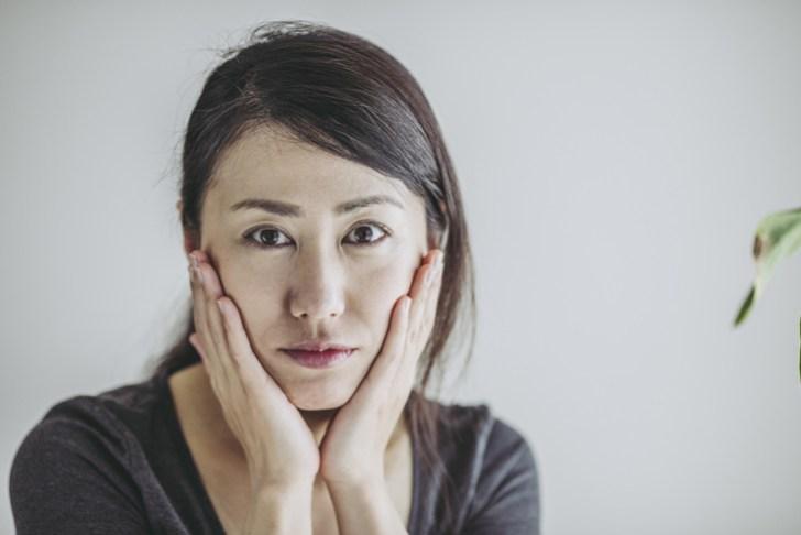 肌の赤みに悩む女性の画像