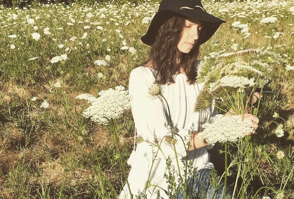 Bee Tender &Enthusiast Ariella Daly @BeeKeepingInSkirts [episode 04]