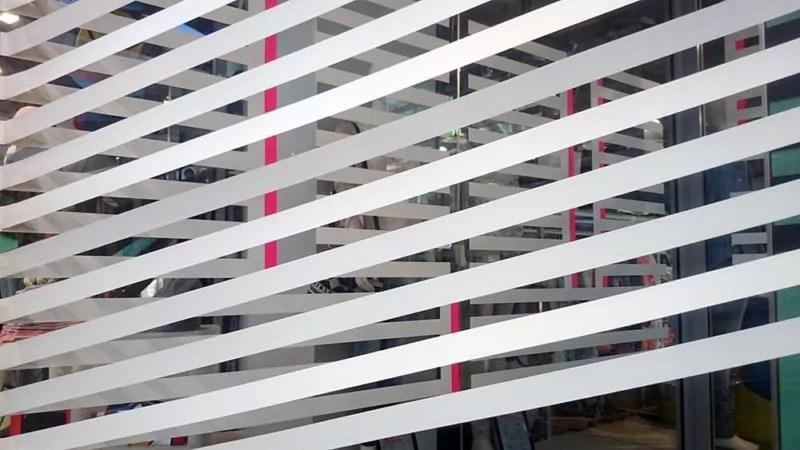 Nahaufnahme von der dreidimensionale Rauminstallation aus weißem Klebeband