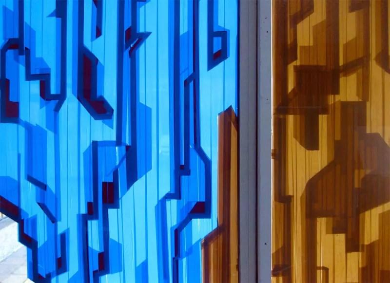Paketklebeband-Kunst auf dem Glasfenster