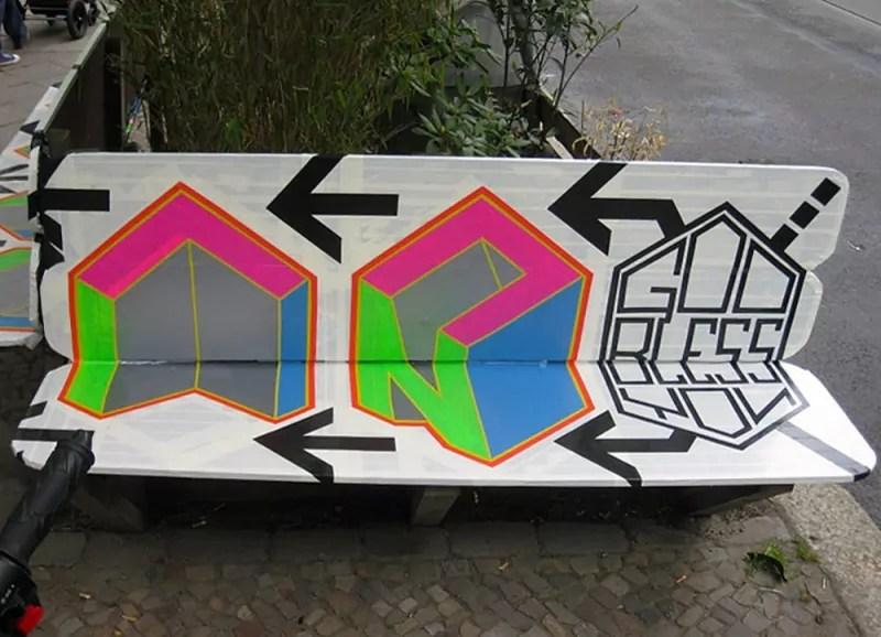 God bless you Berlin- Sitzbank- Kastanienallee- Klebeband Kunst- Street-Art- Jahr 2012- Teil 2