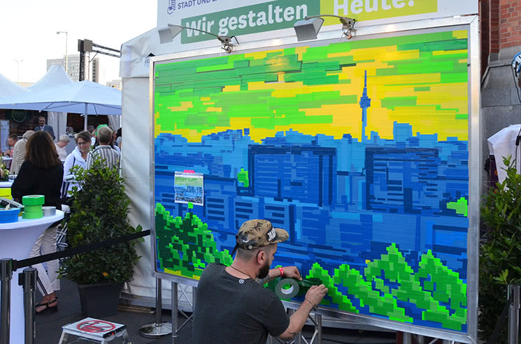 Berliner Plattenbau-Landschaft- Live Klebekunst- Ostap