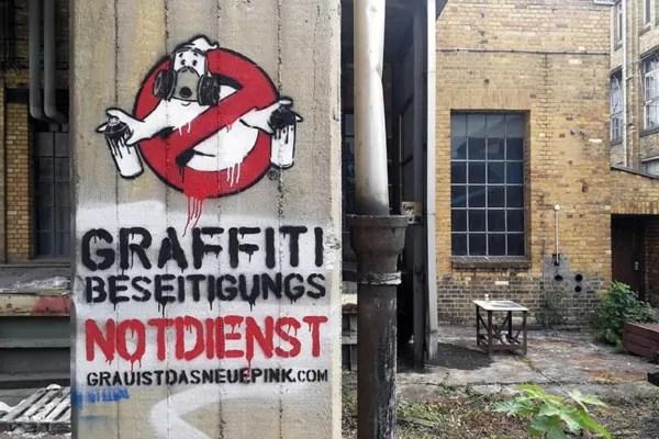 graffitibeseitigungsnotdienst- Graffiti Busters Logo- Fake Werbung auf Monumenta Leipzig