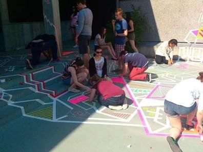 Kinder am Kleben- Tape Art und Street Art Workshop in Gymnasium