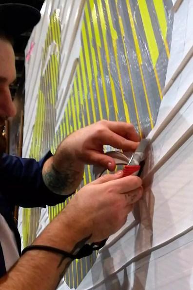 Tape Art Künstler beim Kleben- Nahaufnahme