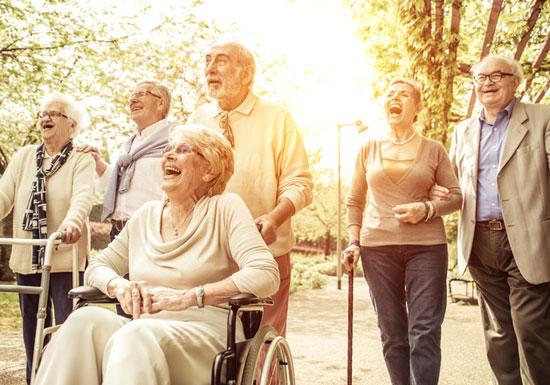 歌う高齢者