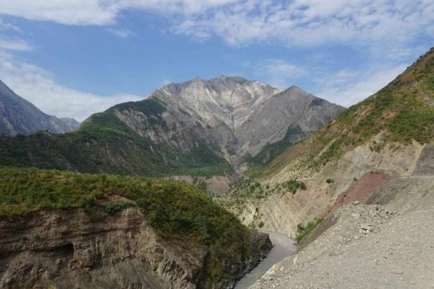 Stunning mountain scenery on the road to Kalai Khumb