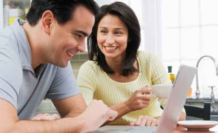 couple-coffee-at-laptop