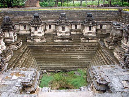 800px-Hulikere_Hoysala_Kalyani(tank)_altered