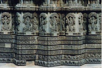 800px-Wall_sculptures_and_molding_frieze_in_relief_in_the_Chennakeshava_temple_at_Somanathapura
