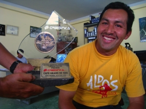 Foto van Omar, die prijswinnende koffiebonen produceert.