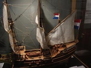 Foto van een miniatuurversie van piratenschip Trouwe.