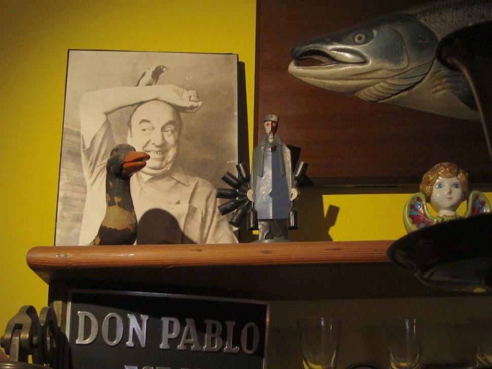 Foto van Pablo Neruda in zijn woonhuis La Sebastiana