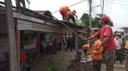 Bagian depan rumah dinas guru dibongkar. (K Sandi/SELOKO.ID)
