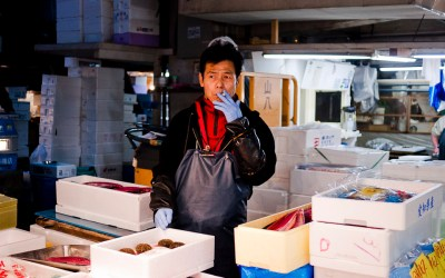 El mercado de Tsukiji  (築地市場, Tsukijishijou) El mercado de pescado más grande del mundo está en Tokyo