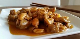 Plato de pollo con almendras listo parra degustar