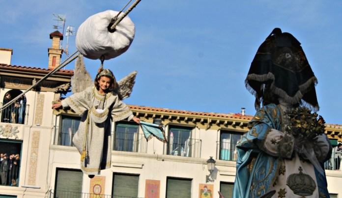 El ángel a punto de quitar el pañuelo a la Virgen