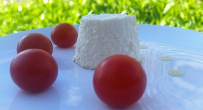 Flan de espárragos blancos decorado con tomates cherry