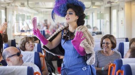 Señora en un vagón de tren, forma parte de el Tren del vino familiar entre Logroño y Haro