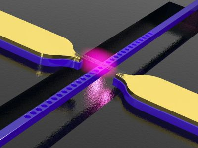 Carbon nanotube above a photonic crystal waveguide with electrodes. The structure converts electric signals into light. (Source: WWU)