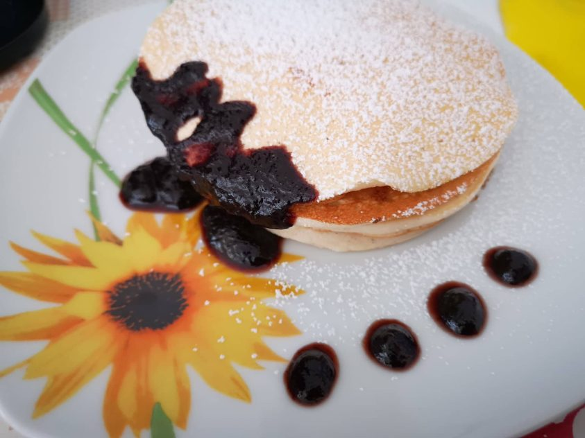 Pancakes light con marmellata di more e cannella