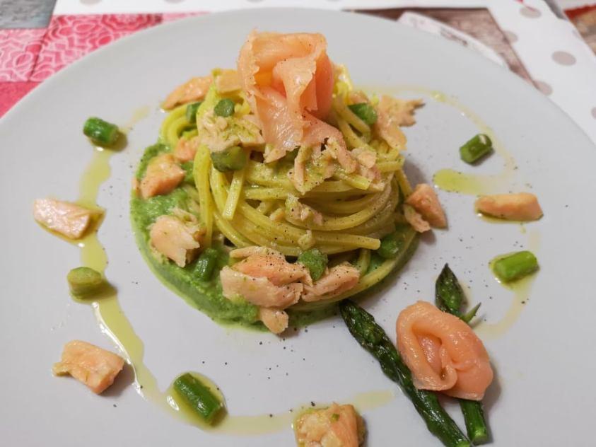Tagliolini con asparagi e salmone