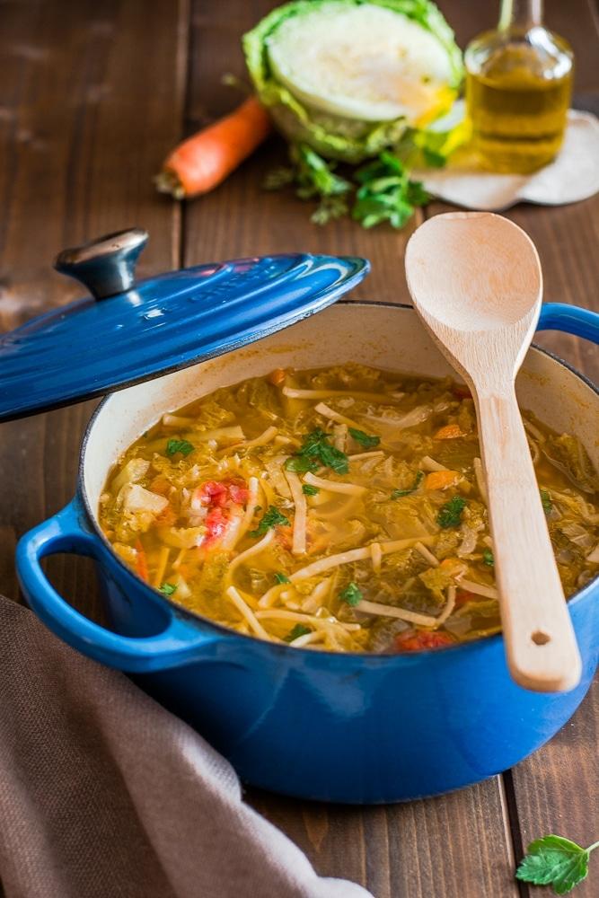Zuppa con cavolo verza e pasta spezzettata
