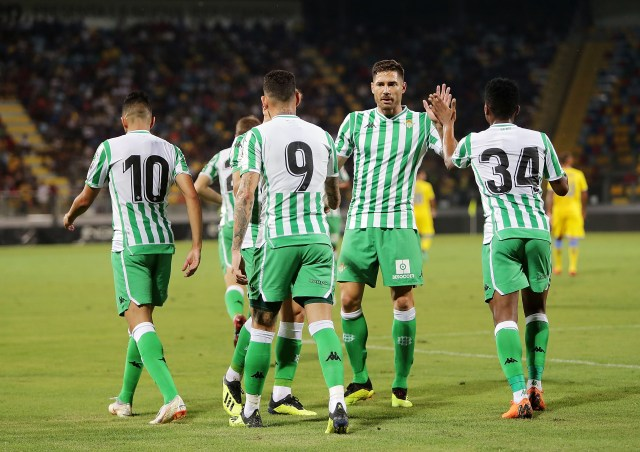 FROSINONE, ITALY - AUGUST 09: Ryad Boudebouz, Antonio Sanabria, Javi Garcia and Wilfrid Kaptoum of Real Betis celebrate the 0-2 goal scored by Antonio Sanabria during the Pre-Season Friendly match between Frosinone Calcio and Real Betis on August 9, 2018 in Frosinone, Italy. (Photo by Francesco Pecoraro/Getty Images)