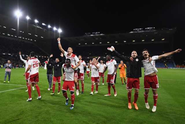 BURNLEY, ENGLAND - AUGUST 30: Olympiakos celebrate in front of their fans after the UEFA Europa League qualifing second leg play off match between Burnley and Olympiakos at Turf Moor on August 30, 2018 in Burnley, England. (Photo by Clive Mason/Getty Images)