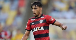 RIO DE JANEIRO, BRAZIL - OCTOBER 13: Lucas Paqueta of Flamengo runs with the ball during the match between Flamengo and Fluminense as part of Brasileirao Series A 2018 at Maracana Stadium on October 13, 2018 in Rio de Janeiro, Brazil. (Photo by Alexandre Loureiro/Getty Images) *** Local Caption *** Lucas Paqueta