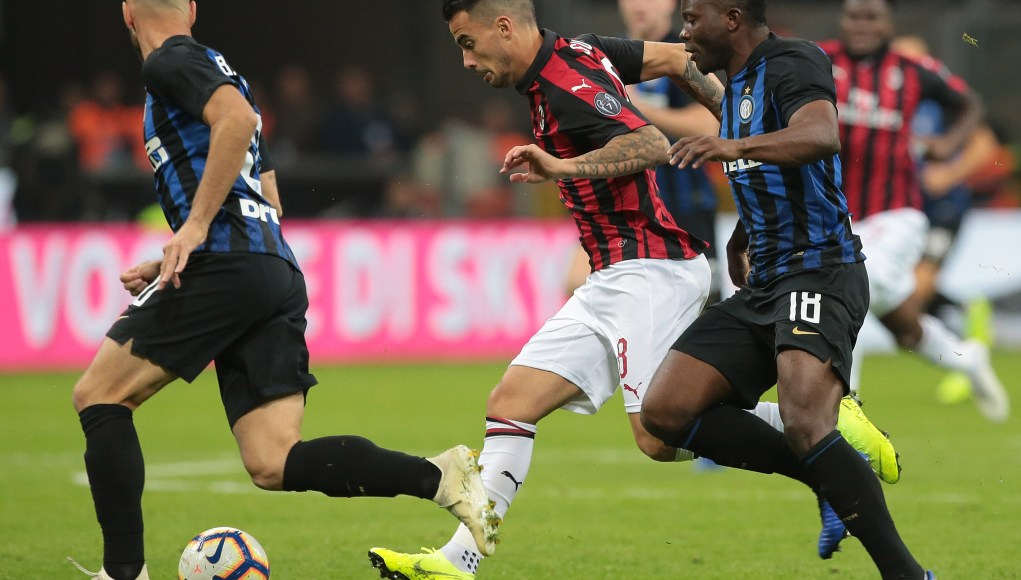 MILAN, ITALY - OCTOBER 21: Fernandez Suso (C) of AC Milan is challenged by Kwadwo Asamoah of FC Internazionale during the Serie A match between FC Internazionale and AC Milan at Stadio Giuseppe Meazza on October 21, 2018 in Milan, Italy. (Photo by Emilio Andreoli/Getty Images)