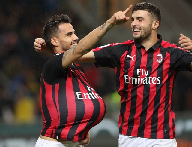 MILAN, ITALY - OCTOBER 31: Fernandez Suso (L) of AC Milan celebrates with his team-mate Patrick Cutrone (R) after scoring the opening goal during the serie A match between AC Milan and Genoa CFC at Stadio Giuseppe Meazza on October 31, 2018 in Milan, Italy. (Photo by Marco Luzzani/Getty Images)