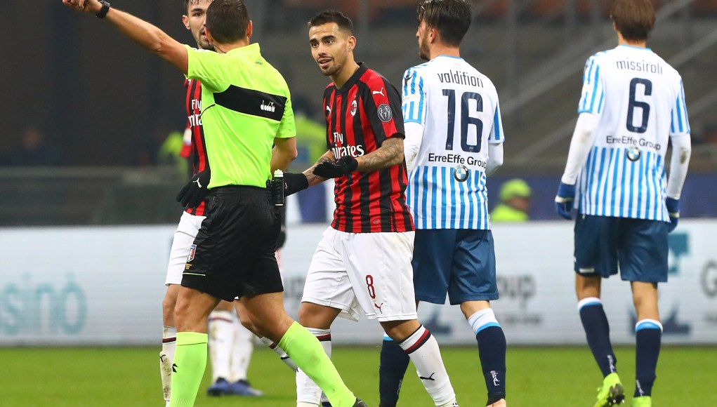MILAN, ITALY - DECEMBER 29: Referee Rosario Abisso shows the red card to Fernandez Suso (L) of AC Milan during the Serie A match between AC Milan and SPAL at Stadio Giuseppe Meazza on December 29, 2018 in Milan, Italy. (Photo by Marco Luzzani/Getty Images)