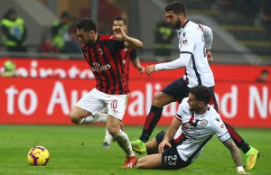 MILAN, ITALY - FEBRUARY 10: Hakan Calhanoglu of AC Milan competes for the ball with Luca Ceppitelli of Cagliari Calcio during the Serie A match between AC Milan and Cagliari at Stadio Giuseppe Meazza on February 10, 2019 in Milan, Italy. (Photo by Marco Luzzani/Getty Images)