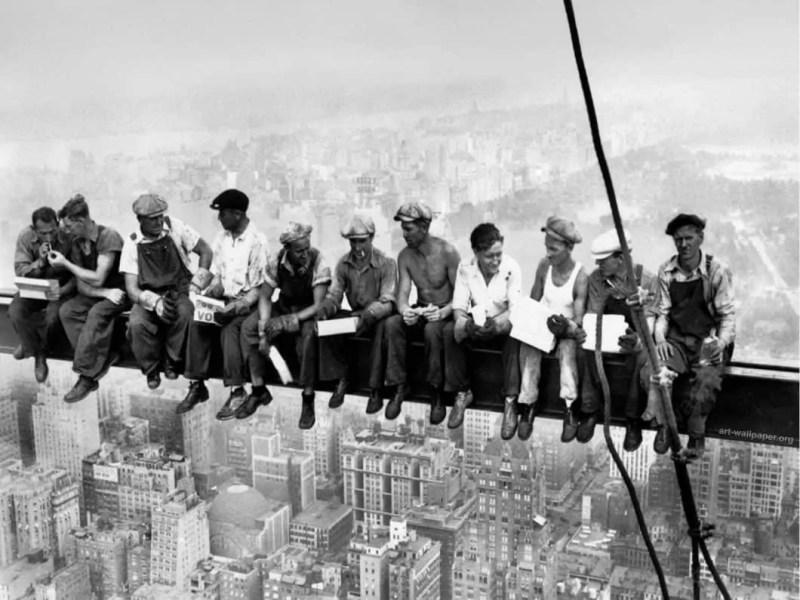 Rockefeller Center gli operai durante la pranzo a New York