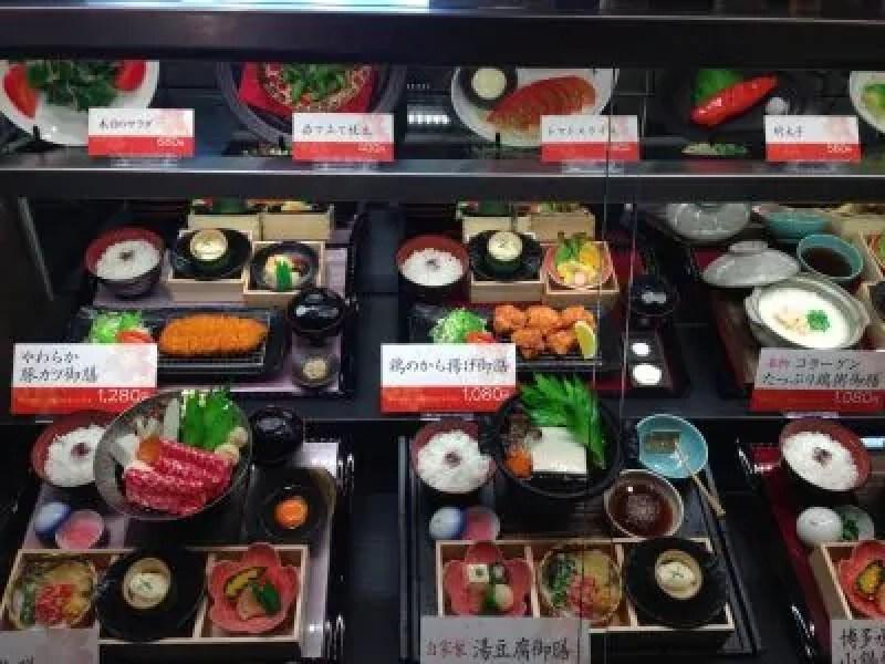 Riproduzioni in resina dei piatti offerti all'interno di questo ristorante con il nome e il relativo prezzo