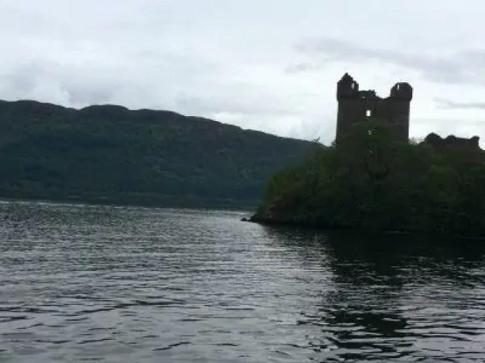Lago di Loch Ness con il castello diroccato di Urquhart