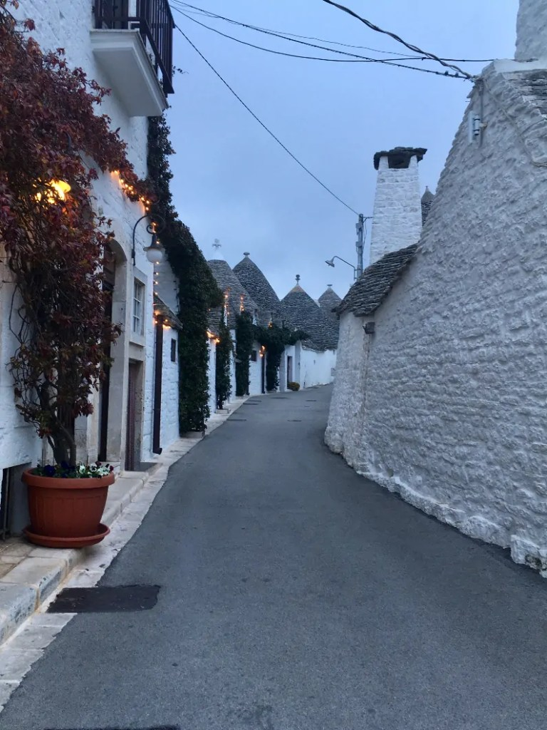 Strada dei trulli di notte
