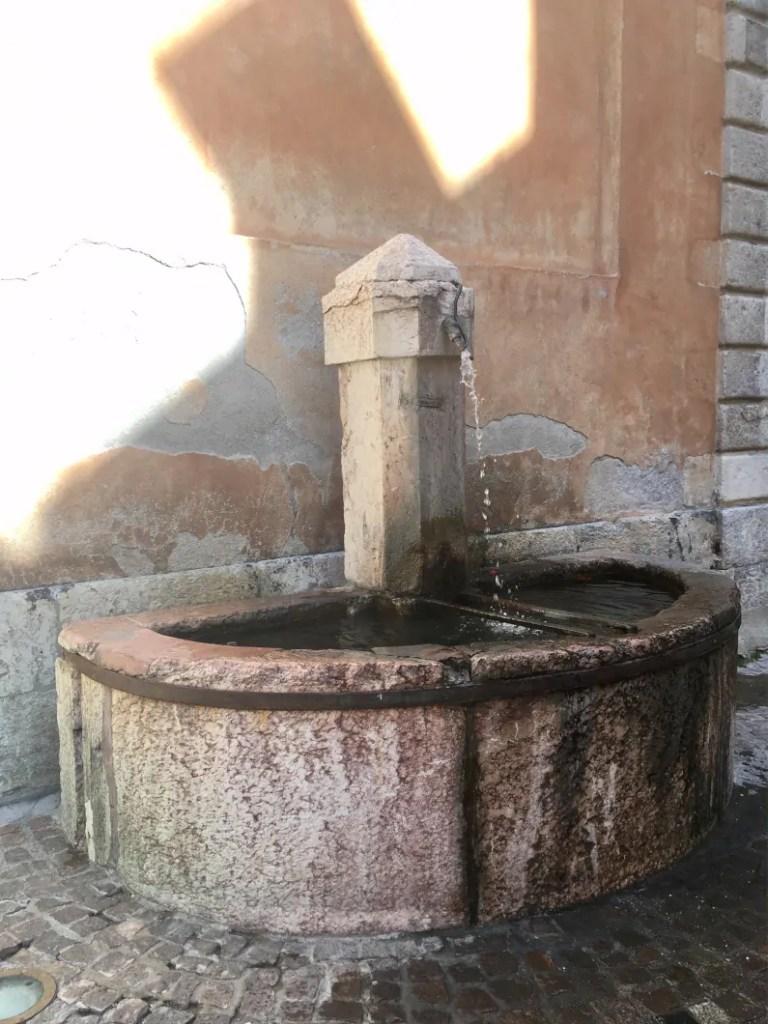 Fontana di Briançon vicino alla chiesa