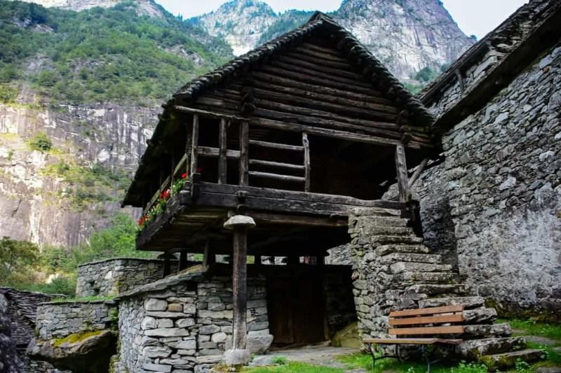 Bosco di Gurin con le case di torba
